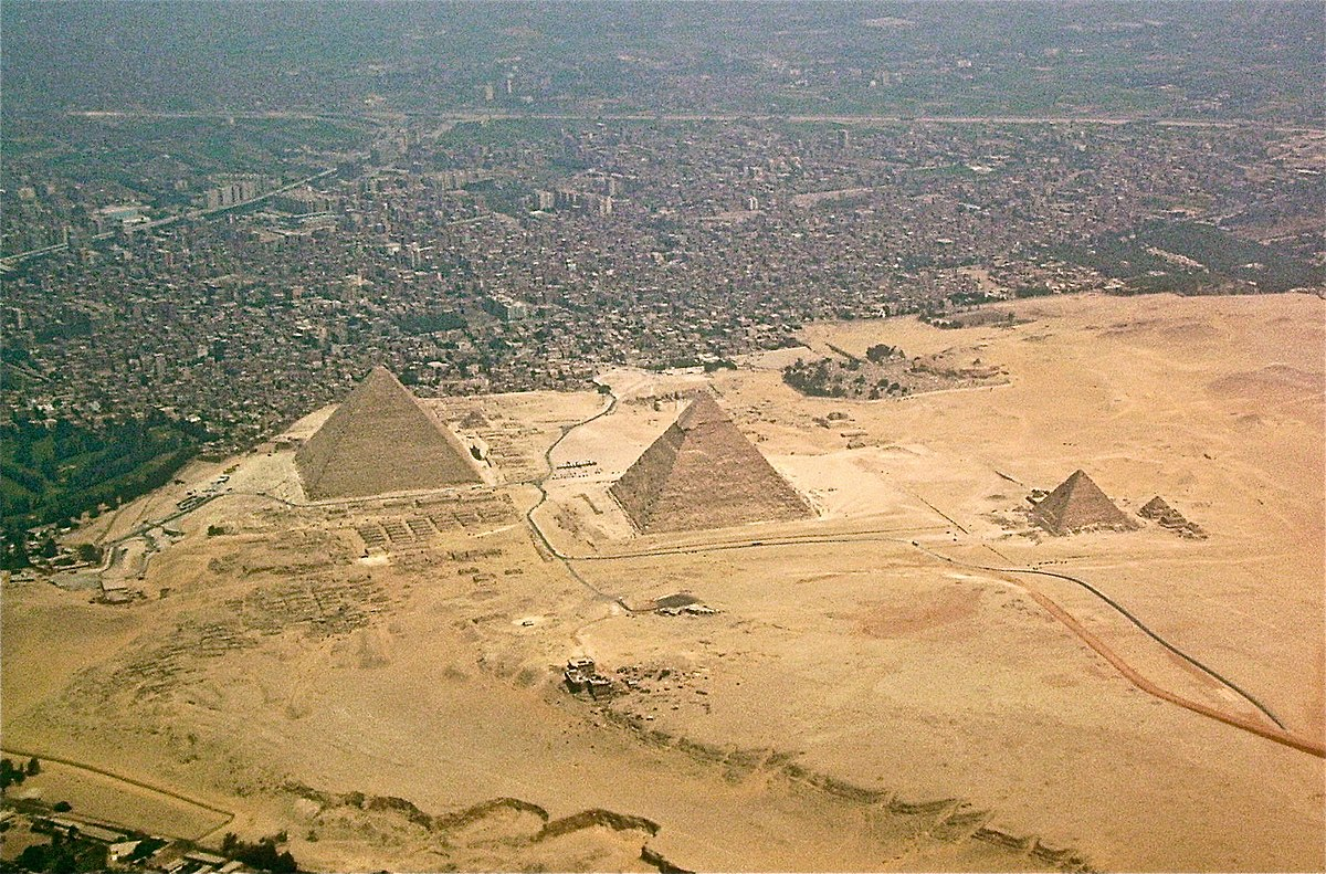1200px-Giza-pyramids